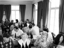 Einwohner und Gäste beim Sternenblumencafé im Gaugenwalder Rathaus